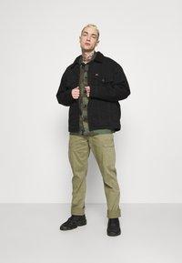 Wrangler - CASEY - Cargo trousers - lone tree green - 1