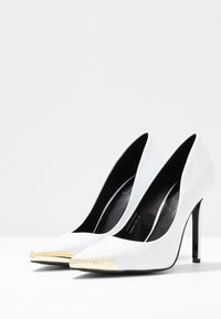 Versace Jeans Couture - Lodičky na vysokém podpatku - bianco - 4