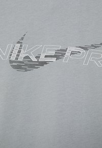 Nike Performance - TEE PRO - T-shirt med print - particle grey - 2