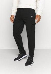 New Era - OUTDOOR UTILITY CARGO JOGGER - Club wear - black - 0