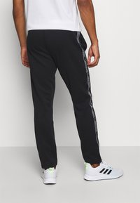 Jack & Jones Performance - JCOZTAPING TRACK SUIT - Chándal - black - 4