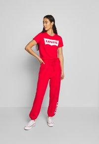 Levi's® - THE PERFECT TEE - T-shirt z nadrukiem - tomato - 1