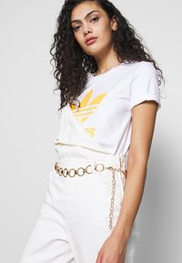 adidas Originals - TREFOIL TEE - T-shirt print - white/core yellow
