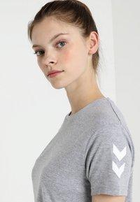 Hummel - GO WOMAN - T-shirts med print - grey melange - 3