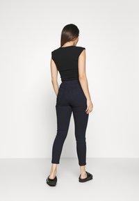 Vero Moda Petite - VMJOY SKINNY TAPERED  - Jeans Skinny Fit - dark blue - 2