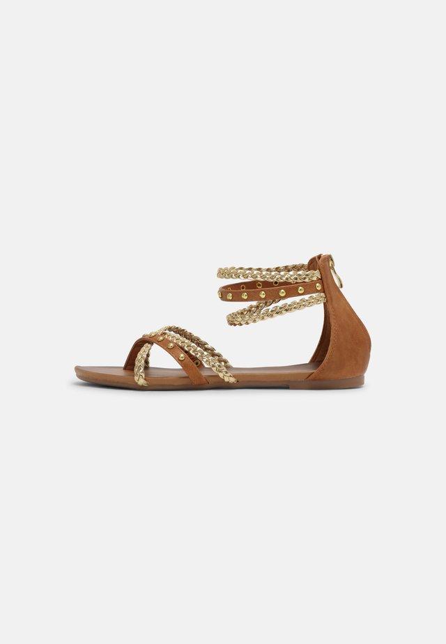 Sandály s odděleným palcem - medusa sabbia/platino