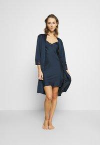 Etam - EVENTAIL DESHABILLE - Dressing gown - marine - 1