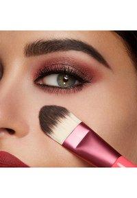 KIKO Milano - SMART FOUNDATION BRUSH 101 - Makeup brush - - - 1