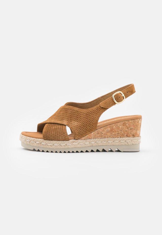 Sandalen met plateauzool - camel