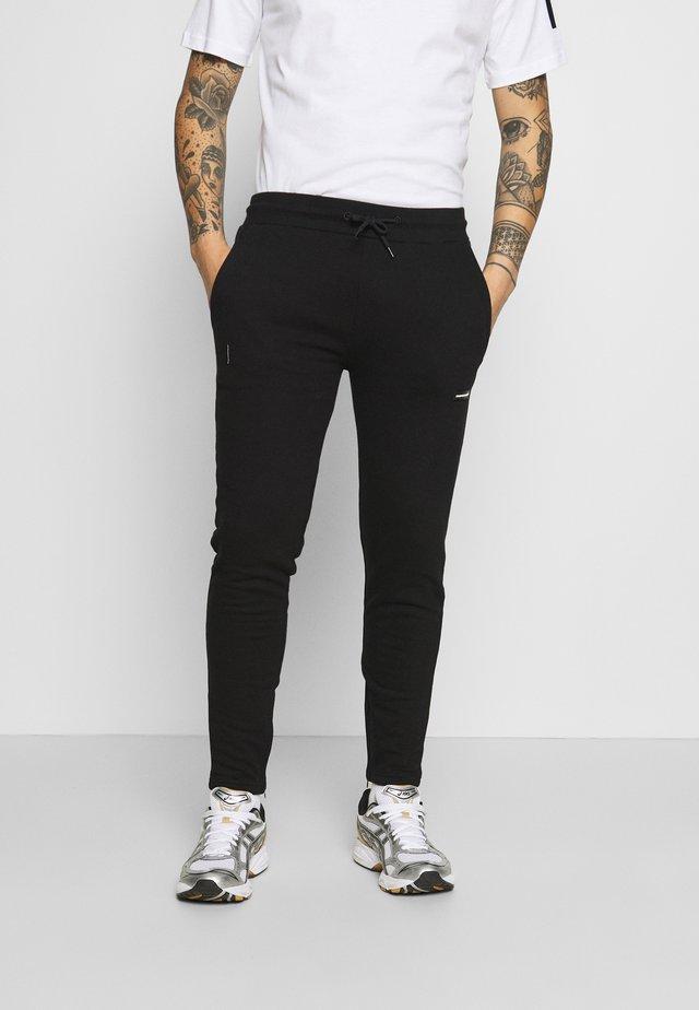 ESSENTIAL JOGGER WITH RUBBER BADGE - Teplákové kalhoty - black
