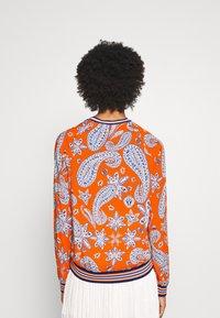 Emily van den Bergh - Bluser - orange/blue - 2