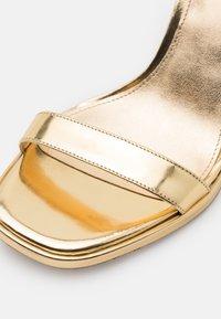 MICHAEL Michael Kors - ANGELA ANKLE STRAP - Sandalias de tacón - gold - 6