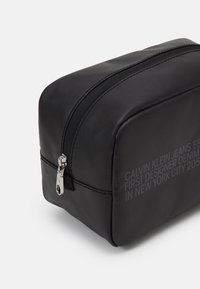 Calvin Klein Jeans - WASHBAG - Trousse - black - 3