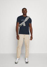 CLOSURE London - HIDDEN LOGO BAND TEE - Print T-shirt - navy - 1