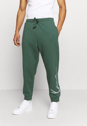 SIGNATURE RETRO PANTS - Teplákové kalhoty - green