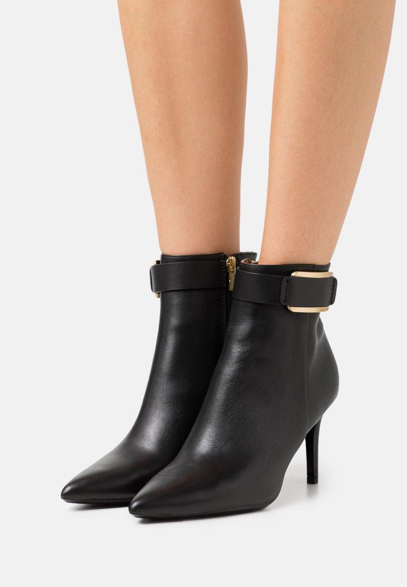 Calvin Klein - GITAR - Kotníková obuv - black