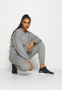Nike Performance - DRY GET FIT CREW - Mikina - carbon heather/smoke grey - 1