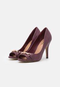 Wallis - CRAVE - Peeptoe heels - berry - 2