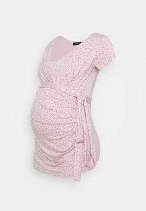 SOLANGE  - T-shirt z nadrukiem - pink polka