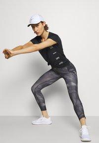 Nike Performance - RUN MILER  - Camiseta estampada - black/particle grey/silver - 3
