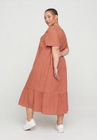 Zizzi - VMACY DRESS - Jerseyjurk - copper brown - 1