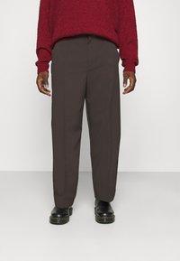 Mennace - HENNESSEY RELAXED SUIT TROUSER - Pantalon classique - dark brown - 0