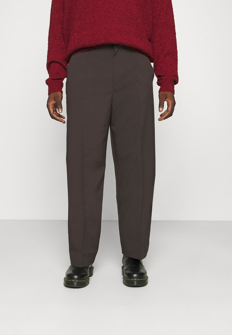 Mennace - HENNESSEY RELAXED SUIT TROUSER - Pantalon classique - dark brown