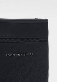 Tommy Hilfiger - ESSENTIAL MINI CROSSOVER - Bandolera - black - 3