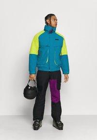 Columbia - POWDER KEGINTERCHANGE - Kurtka narciarska - fjord blue/bright chartreuse - 1
