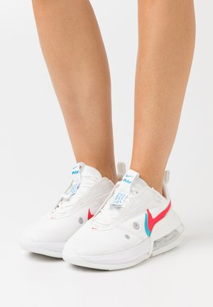 AIR MAX UP - Tenisky - summit white/siren red/chlorine blue
