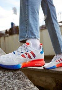 adidas Originals - ZX 2K BOOST UNISEX - Sneakers basse - footwear white/solar red/blue - 2
