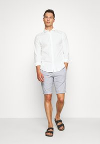 DOCKERS - SUSTAINABLE ALPHA SPREAD COLLAR - Shirt - offwhite - 1