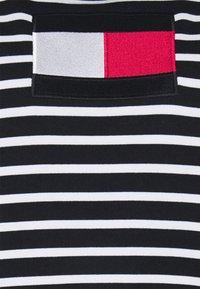 Tommy Hilfiger Curve - REGULAR FLAG HOODIE - Mikina - desert sky/white - 6