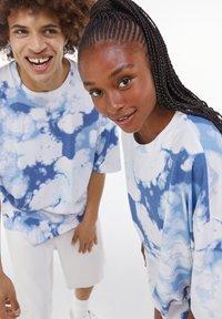 Bershka - OVERSIZED UNISEX - Print T-shirt - white - 0
