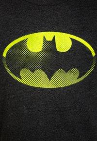 GAP - DC COMICS BATMAN BOYS SHIELD TEE - Print T-shirt - true black - 2