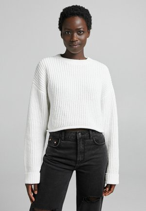 CHENILLE MIT RUNDAUSSCHNITT  - Stickad tröja - white