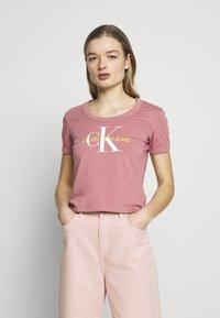 Calvin Klein Jeans - VEGETABLE DYE MONOGRAM BABY TEE - Print T-shirt - brandied apricot - 0
