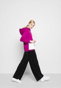 Nike Sportswear - HOODIE TREND - Sweat à capuche - cactus flower/white - 5