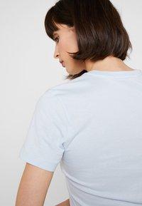 Calvin Klein Jeans - INSTITUTIONAL BOX SLIM TEE - Print T-shirt - skyway/ blossom - 3