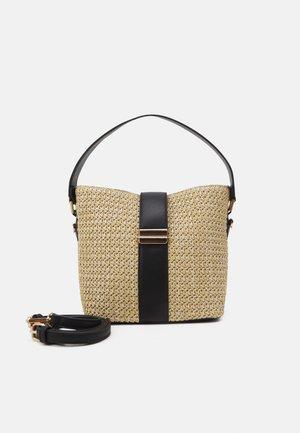 IMOGEN BUCKET BAG - Kabelka - straw/black