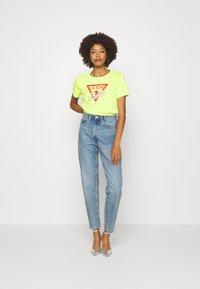 Guess - ICON  - T-shirt z nadrukiem - yellow glow - 1