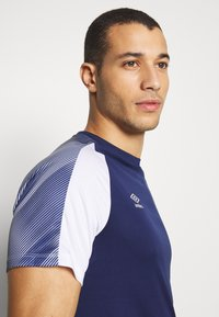 Umbro - TRAINING - Print T-shirt - medieval blue/brilliant white - 3