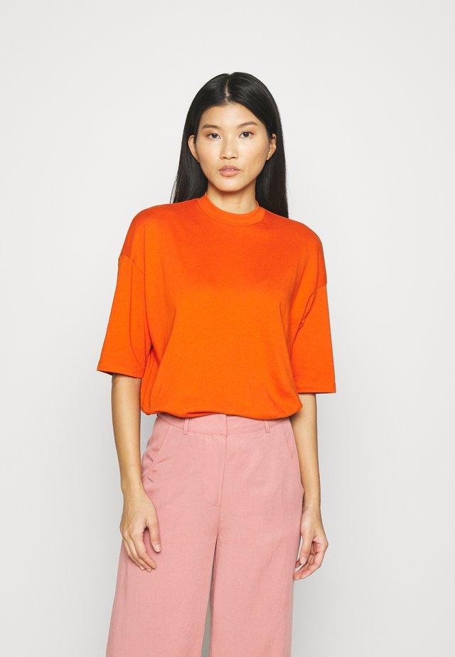 HIGH NECK - Basic T-shirt - pumpkin orange