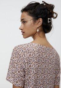 PULL&BEAR - MIT BLUMENPRINT - Maxi dress - brown - 4