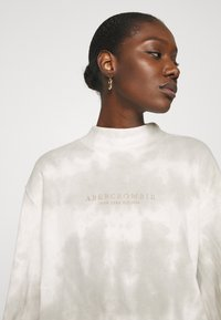 Abercrombie & Fitch - SEASONAL LOGO MOCK NECK CREW PATTERN - Sweatshirt - grey marble - 3
