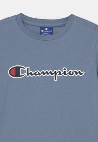 Champion Rochester - LOGO CREWNECK UNISEX - T-shirt imprimé - blue-grey - 2
