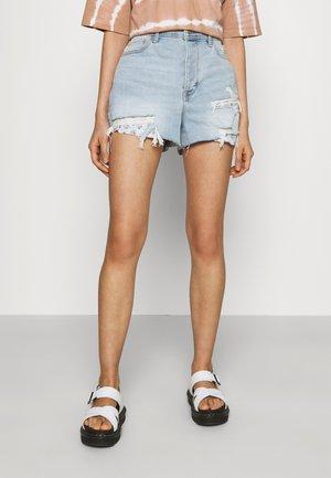 MOM LIGHT BANDANA POCKETS - Denim shorts - light-blue denim