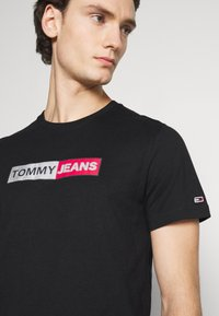 Tommy Jeans - METALLIC GRAPHIC TEE - T-shirts print - black - 5
