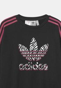 adidas Originals - ANIMAL TREFOIL  - Sweatshirts - black/pink - 2