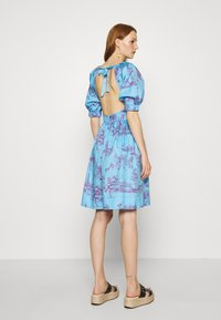 Who What Wear - CUT OUT BACK DRESS - Day dress - toile blue/burgundy - 2